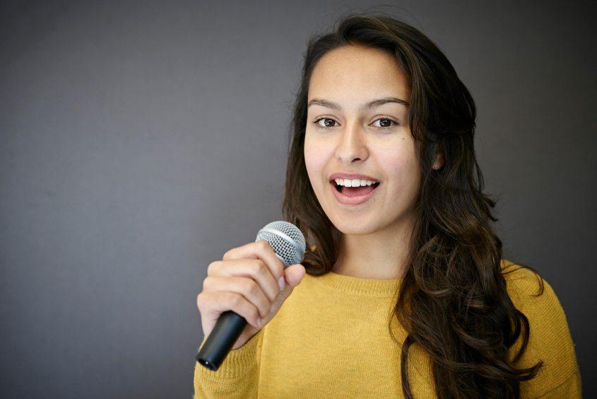 Maira Zaugg hat mit 13 Jahren das Halbfinale von The Voice Kids erreicht. Sie komponiert und performt jetzt ihre eigenen Stücke.