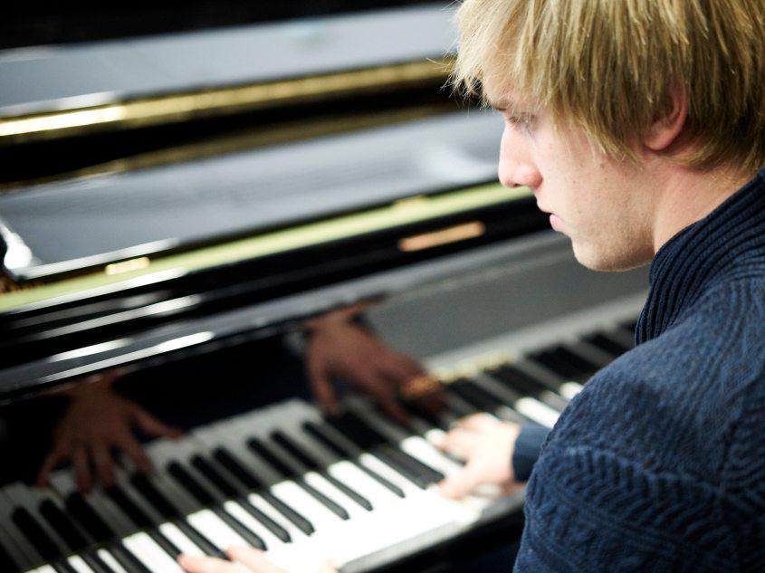 """Jannis Isenegger begeistert die Zuhörer mit seinem Klavierspiel. Er hat 2014 die Musik der Theatergruppe """"Rattenfänger"""" komponiert und auf der Bühne gespielt."""