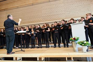 Der Gym-Chor Münchenstein umrahmt die Feier unter der Leitung von Rolf Urech