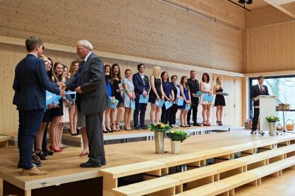 Klassenlehrer Theo Zahno und FMS-Leiter Jan Pagotto gratulieren den Muttenzer Absolventen