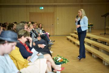 Konrektorin Petra Dittmar moderiert die Feier.