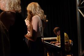 Jürg Siegrist begleitet den Abschlusschor am Klavier.