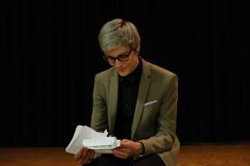 Moderator Luca Müller bei der Vorbereitung.