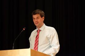 FMS-Leiter Jan Pagotto hält die Rede zur Abschlussfeier.