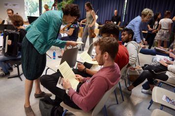 Deutschlehrerin Ines Siegfried verteilt die Schreibaufträge.