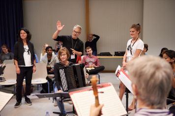 """Barbara Tacchini, Marcel Falk und Noëmi Schwank eröffnen das Projekt """"Schule macht Orchester""""."""