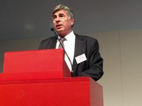 BS-Erziehungsdirektor Christoph Eymann richtet das Grusswort an das Publikum