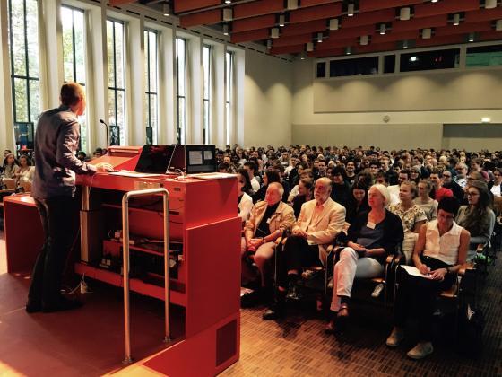 Thomi Scheuber moderiert den College Day in der Aula der Universität Basel