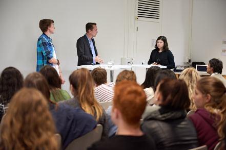 Florian Inhauser im Gespräch mit Rachel Takushi (4BZ).