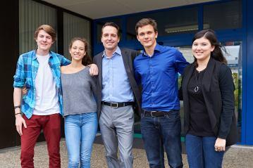 Die Moderatoren (von links) Quirin Beck und Jari Kern und die Moderatorinnen Isabelle Hausmann und Rachel Takushi mit Florian Inhauser.