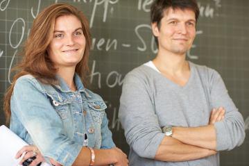 Musikvermittlung (Noëmi Schwank vom KOB) und Wirtschaftsunterricht (Alexander Bieger) Seite an Seite