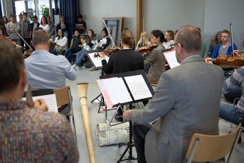 """""""Les nations"""": Da darf auch die Schweiz mit ihrem typischsten Instrument nicht fehlen."""
