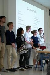 Hier stehen gleich mehrere Ehemalige des Gym-Muttenz, am Mikrofon Jus-Student Jonas Eggmann.