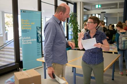 Emanuel Wittstich im Gespräch mit Studienberaterin Andrea Eller.