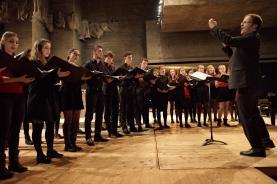 Der Kammerchor des Gymnasiums Muttenz singt tschechisch unter der Leitung von Jürg Siegrist.