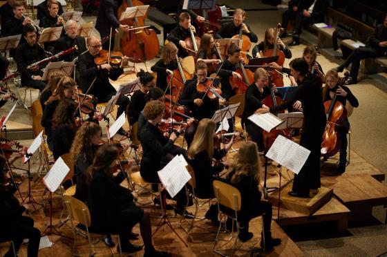 Christina De Noronha dirigiert das Jugendsinfonieorchester Muttenz.