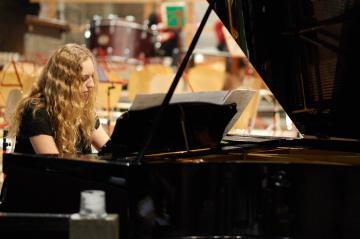 Jana Bühler schlägt selbstbewusst an und setzt mit Rachmaninov ein Ausrufezeichen.