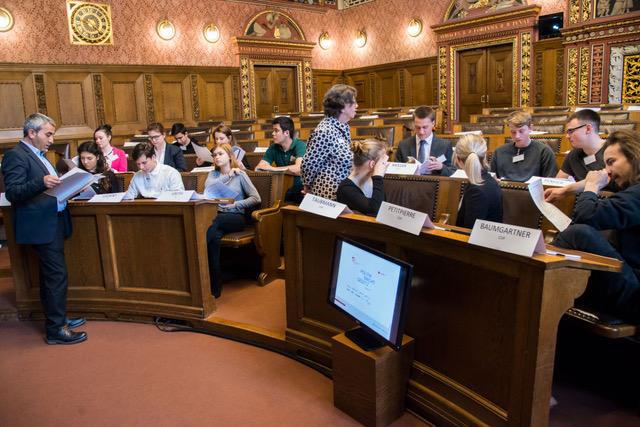 Politik macht Gesetz. Jugendanlass im Rathaus. Mustafa Atici ( L9 und Béatrice Isler als Cochee der Teams