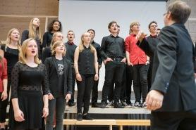 Der Kammerchor singt und juchzt in vielen Zungen.
