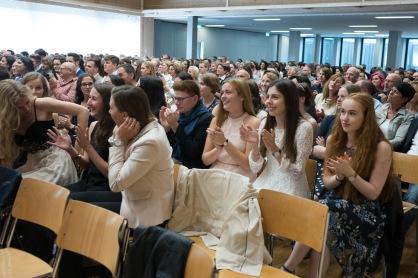 Es gibt viel Applaus von den Kolleginnen und Kollegen der anderen Schulen.