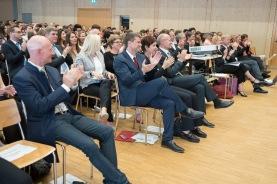 Applaus vom Festredner, den Schulleitungen und von Regierungsrätin Monika Gschwind.