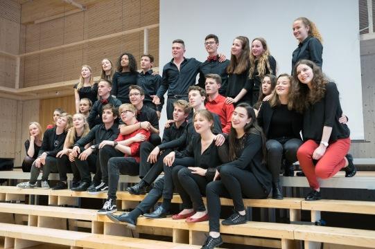 """Der Kammerchor singt mit """"Tea for Two"""" den Auftakt zum Apéro."""