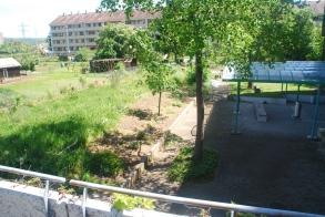 Nach dem Bau des Pavillons, Blick vom Eingangsbereich in Richtung Familiengärten
