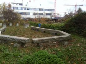 Vor dem Bau des Pavillons, Stein-Sitzgruppe