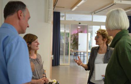 Die Referentin Petra Jauslin im Gespräch mit unserer Rektorin Brigitte Jäggi und den Lehrpersonen Christine Baader (r.) und Arno Reichert (l.), die die Veranstaltung organisiert haben.