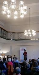 Sibel Arslan im vollen Galerie-Saal des Volkshauses