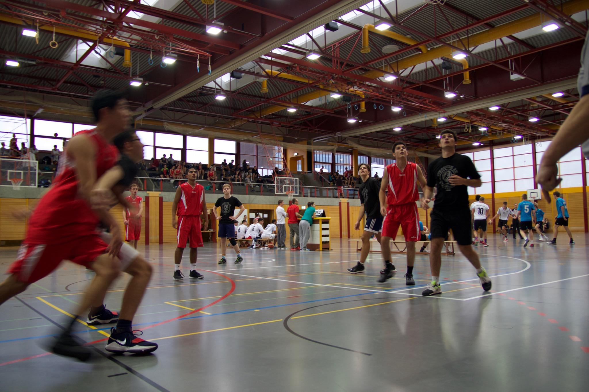 Martin beim Freiwurf (Mirnes und Sam gehen zum Rebound)