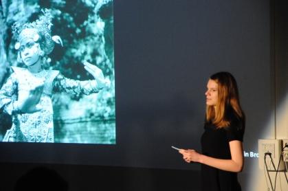 Kerstin Brogle stellt ihr Bild von Gotthard Schuh vor