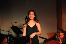 """Maìra singt zum Stück """"Wave"""""""