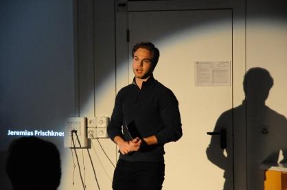 Jeremias Frischknecht bringt dem Publikum die Geschichte von James Dean näher, der vom Fotografen Dennis Stock in einem regnerischen Moment kunstvoll festgehalten wurde