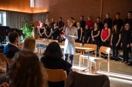 Rektorin Brigitte Jäggi begrüsst die Ehemaligen aus verschiedenen Jahrzehnten Gym, DMS und FMS Muttenz.
