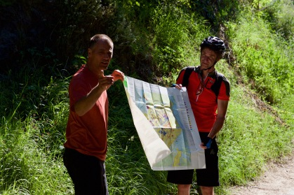 Geologe Braun und Geograf Schraudolf präsentieren stolz die neue geologische Karte des Kaiserstuhls