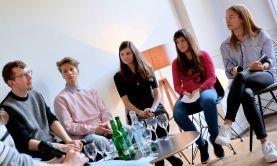 Nik, Melanie, Katharina und Lou im Gespräch mit dem Autor