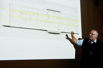 Theo Zahno mit dem analogen Rechenschieber