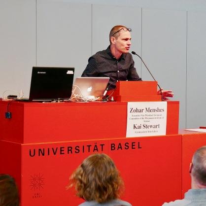Der Organisator Thomi Scheuber begrüsst das Publikum zu dem Vorträgen der Schülerinnen.