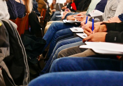 Die Vorträge der Schülerinnen stiessen beim Publikum auf reges Interesse.
