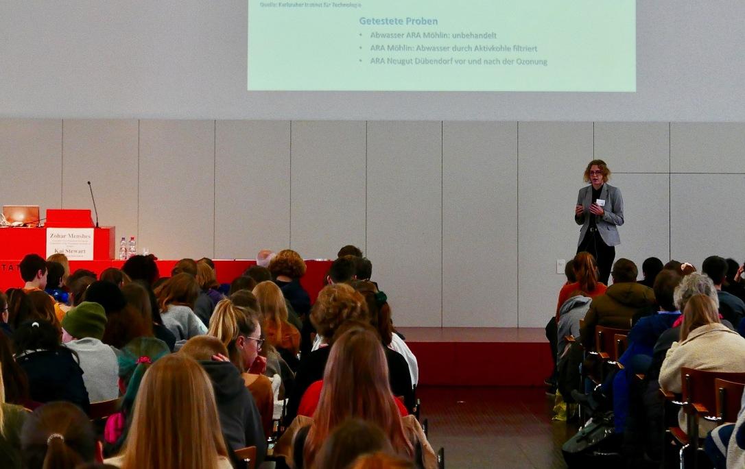 Anja Hunziker spricht vor grossem Publikum – wie ein Profi.