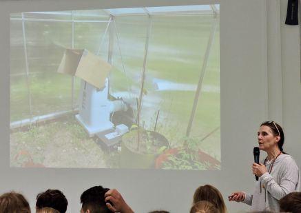 Regina Bandi beschreibt den Aufbau der Gewächshäuser und die Installation der Technik.