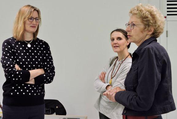 Juanita Schläpfer-Miller und Regina Bandi im Gespräch mit Brigitte Jäggi, unserer Rektorin, die als Biologin Fachfrau für das Thema ist.