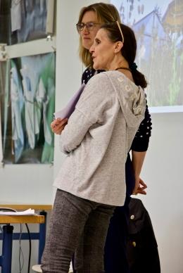 Regina Bandi und Juanita Schläpfer-Miller beantworten Fragen der Schüler*innen.