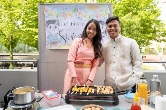 Das schönste Plakat (1): Eve aus Thailand und Gio aus Indonesien haben auch noch sehr gutes Essen mitgebracht!
