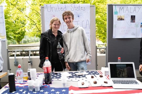 Emily und Byron aus den USA mit herrlich leckeren Brownies.