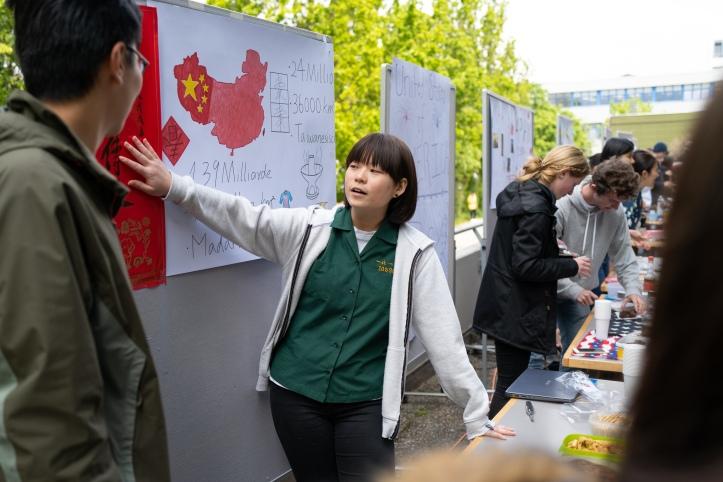 Unsere Gäste aus China und Taiwan erklären die chinesische Schrift.